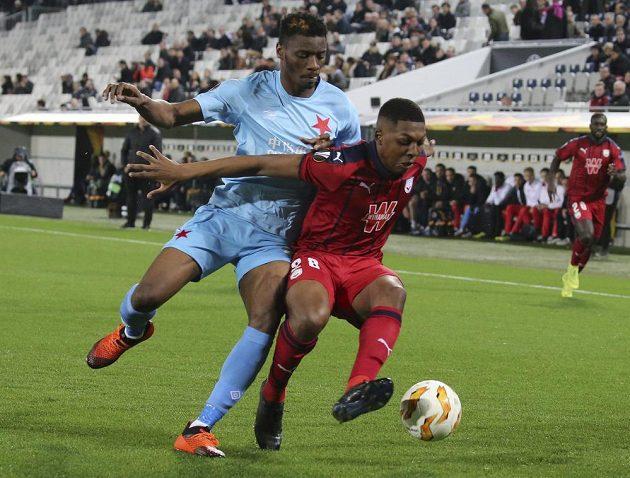 Fotbalista Bordeaux Zaydou Youssouf (vpravo) si kryje míč před dotírajícím slávistou Ibrahimem Benjaminem Traórem během utkání Evropské ligy.