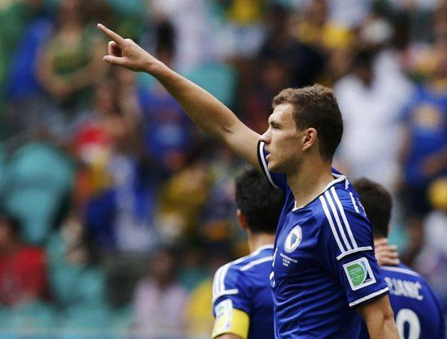 Edin Džeko slaví svoji trefu v utkání proti Íránu.