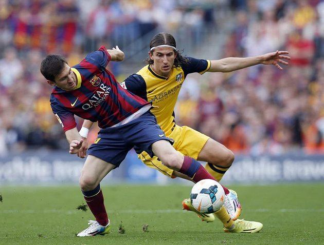 Barcelonský Lionel Messi (vlevo) v souboji s Filipem Luisem z Atlétika.