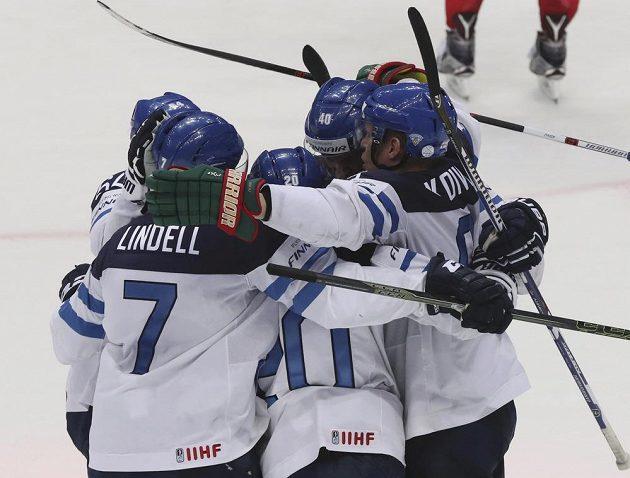 Hokejisté Finska slaví vstřelený gól v semifinálovém duelu s Ruskem.