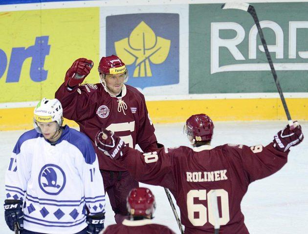 Sparťanský útočník Petr Ton (vzadu uprostřed) se raduje se spoluhráčem Tomášem Rolinkem ze vstřelení gólu do sítě Plzně.
