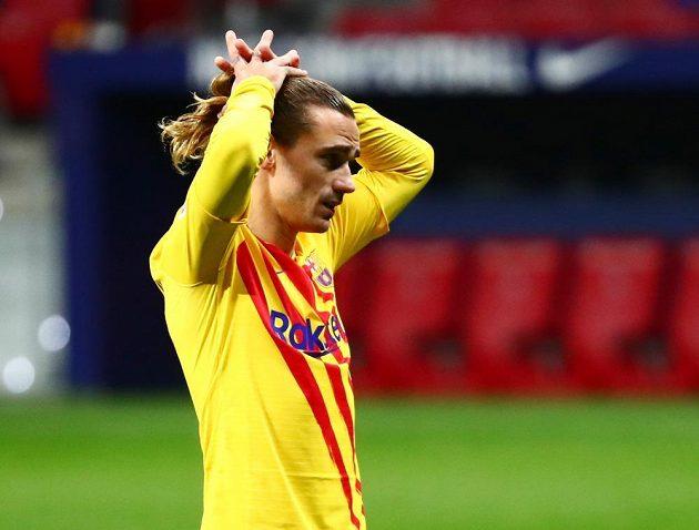 Zklamaný barcelonský fotbalista Antoine Griezmann po prohraném utkání španělské ligy.