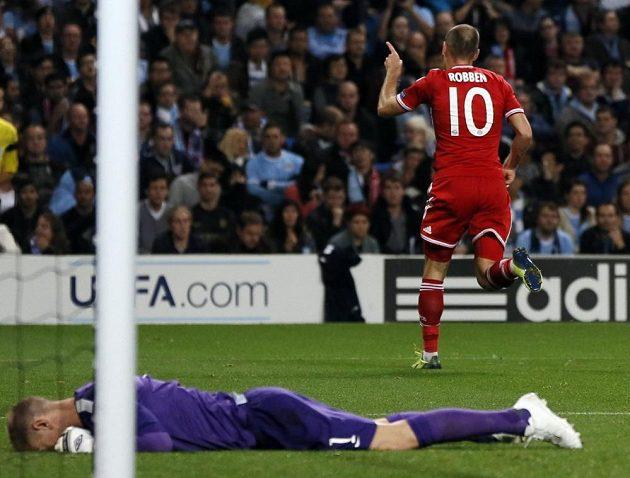 Arjen Robben z Bayernu (vpravo) oslavuje gól proti Manchesteru City. Na zemi leží překonaný gólman Joe Hart.