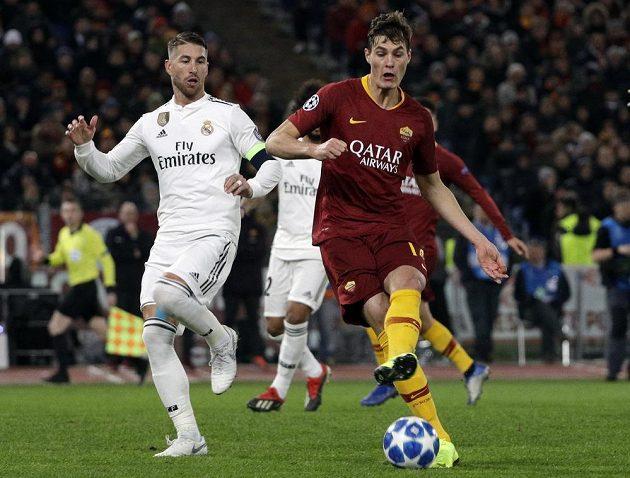 Patrik Schick (vpravo) z AS Řím a Sergio Ramos z Realu.