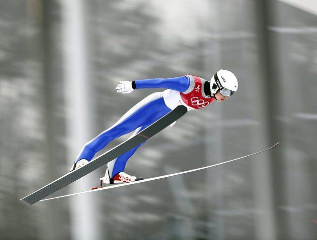 Sdruženář Ondřej Pažout při skoku v olympijském závodě.