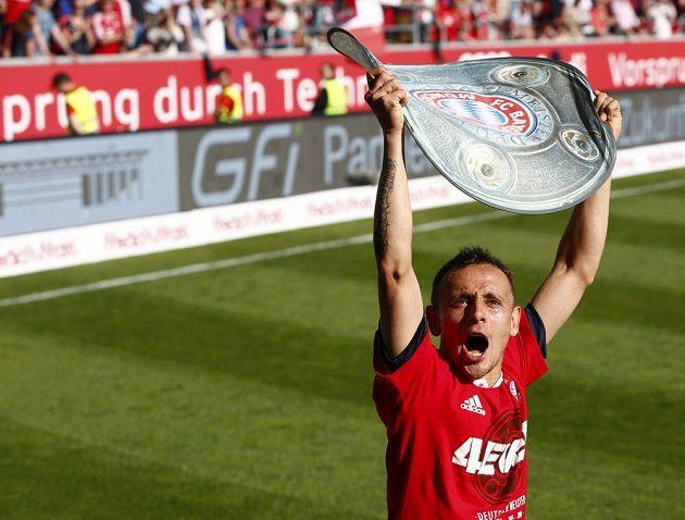 Rafinha z Bayernu slaví mistrovský titul.