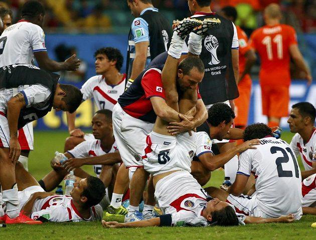 Kostaričané toho měli před prodloužením dost, síly za pomoci maséra sbíral Bryan Ruíz (10).