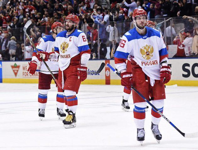 Zklamaní hokejisté Ruska Nikolaj Kuljomin (41), Alexander Ovečkin (8) a Nikita Kucherov (86) odjíždějí z ledu po prohraném semifinále.