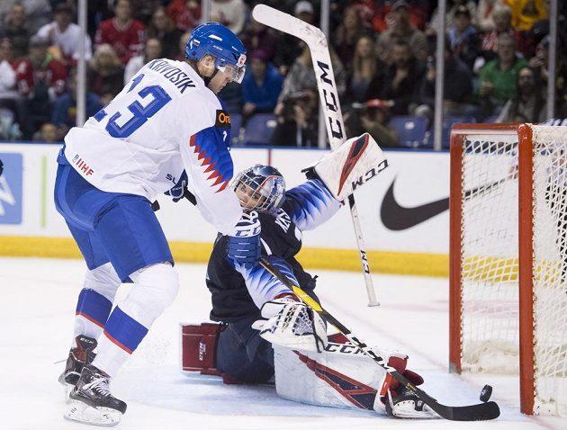 Brankář americké hokejové reprezentace do 20 let Kyle Keyser zastavuje střelu slovenského reprezentanta Filipa Krivošíka.