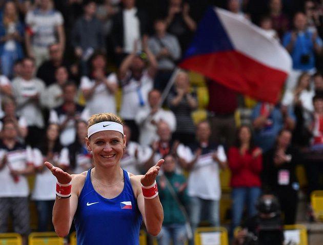 Loučení s Fed Cupem. Lucie Šafářová zdraví diváky po zápase, v němž s Barborou Krejčíkovou porazily Kanaďanky Gabrielu Dabrowskou a Sharon Fichmanovou. Pro Šafářovou to byl poslední zápas za reprezentaci, po Roland Garros ukončí kariéru.