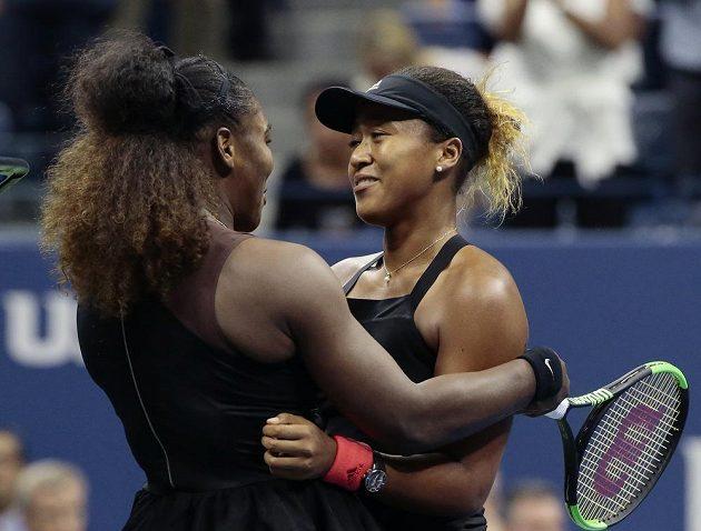Serena Williamsová gratuluje Naomi Ósakaové k prvnímu grandslamového titulu.