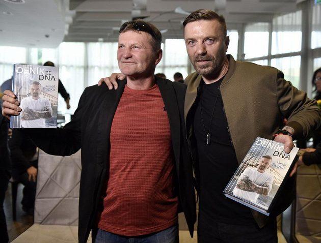 Bývalý fotbalista Tomáš Řepka (vpravo) pokřtil svou knihu Deník ze dna. Vlevo je boxer Rostislav Osička.