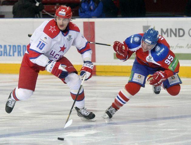 Oleg Kvaša z CSKA (vlevo) a Sami Lepistö z týmu Lev Praha.