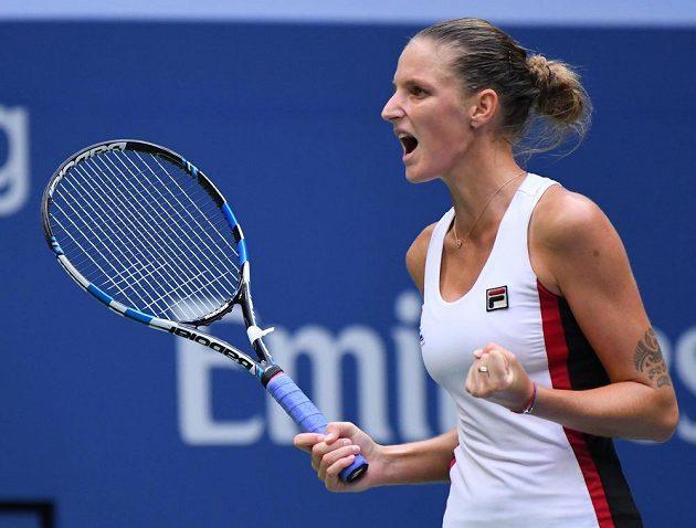 Karolína Plíšková se raduje ve finále US Open s Angelique Kerberovou z Německa.