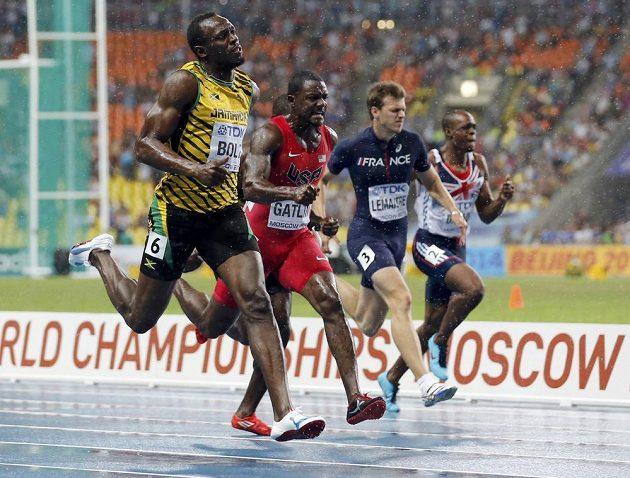Jamajčan Usain Bolt (vlevo) spěchá do cíle závodu na 100 metrů.