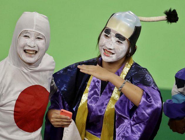 Japonci oslavují, že gymnasta Kóhei Učimura vyhrál zlatou medaili.