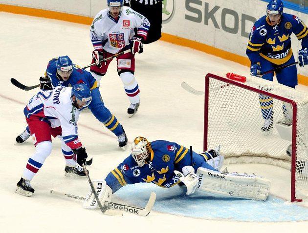 Brankář Švédska Henrik Karlsson zastavuje akci Jiřího Novotného.