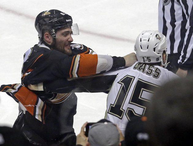 Patrick Maroon (vlevo) z Anaheimu při pěstní výměně názorů s Tannerem Glassem z Pittsburghu Penguins.