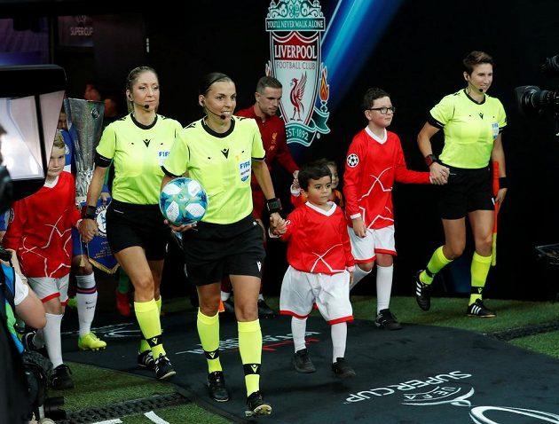 Francouzská sudí Stéphanie Frappartová s asistentkami nastupuje k boji o Superpohár UEFA.