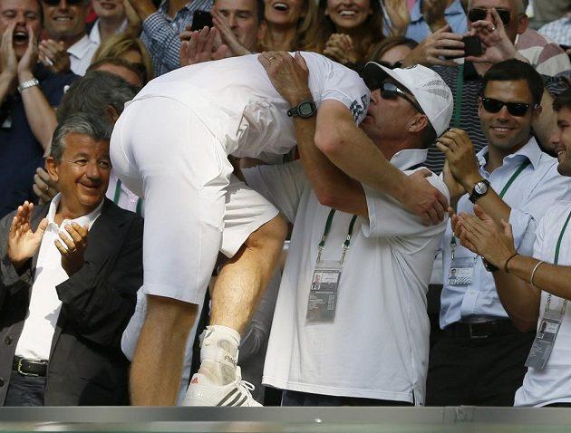 Britský tenista Andy Murray v objetí s koučem Ivanem Lendlem po vítězství ve finále Wimbledonu.