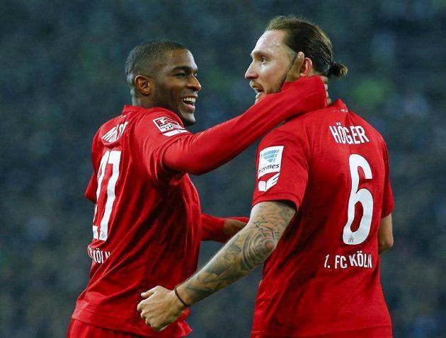 Fotbalisté Kolína nad Rýnem Anthony Modeste (vlevo) a Marco Höger slaví gól v síti Mönchengladbachu.