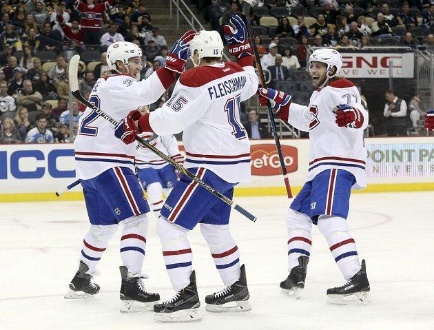Hráči Canadiens Dale Weise (22) a Tom Gilbert (77) se radují z trefy Tomáše Fleischmanna (15), díky které Montreal uspěl v Pittsburghu 3:2.