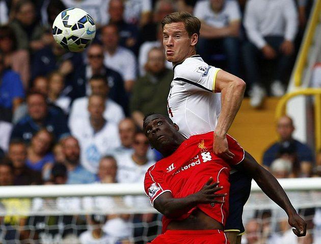 Jan Vertonghen (nahoře) z Tottenhamu brání novou akvizici Liverpoolu Maria Balotelliho.