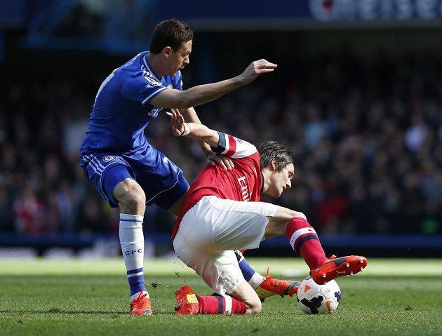 Nemanja Vidic z Chelsea (vlevo) atakuje záložníka Arsenalu Tomáše Rosického.