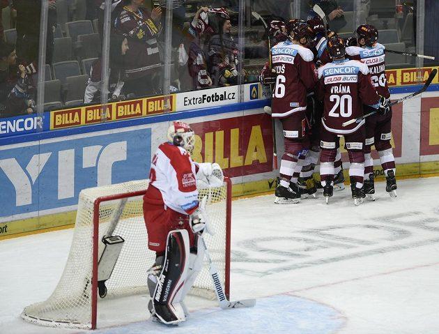 Hráči Sparty se radují ze druhého gólu. Vlevo je brankář Olomouce Branislav Konrád.