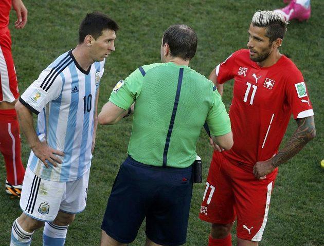Argentinec Lionel Messi (vlevo) a Švýcar Valon Behrami (vpravo) v debatě s rozhodčím Jonasem Erikssonem.