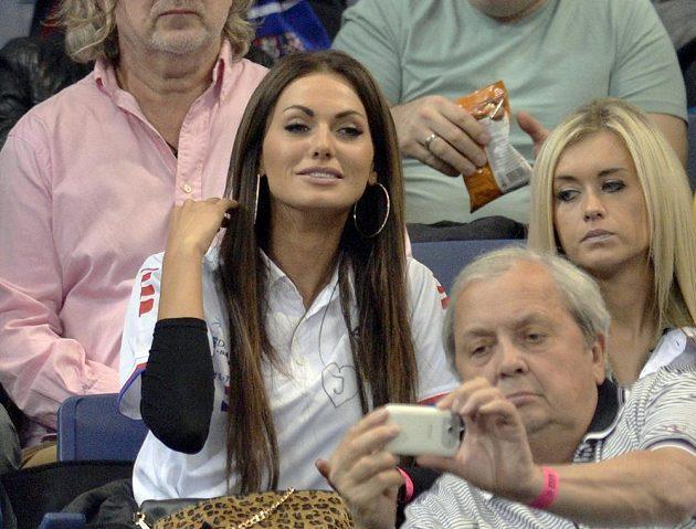 Mezi diváky v Bělehradě nechyběla ani Česká Miss 2008 Eliška Bučková (uprostřed).