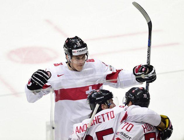 Švýcarští hráči se radují z úvodní branky proti Česku. Zprava střelec gólu Denis Hollenstein, Sven Andrigheto a Reto Schäppi.