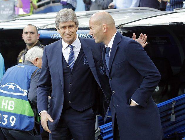 Trenér Manchesteru City Manuel Pellegrini (vlevo) a kouč Realu Zinédine Zidane.