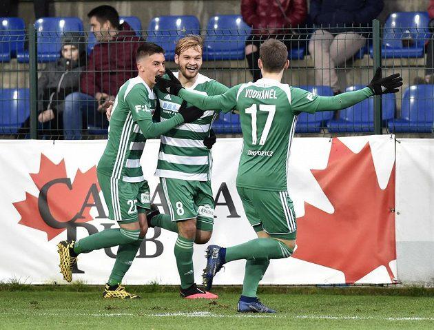 Fotbalisté Bohemians se radují z gólu, zleva Antonín Vaníček, Matěj Pulkrab a Jan Vodháněl.