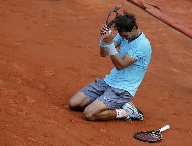 Rafael Nadal se raduje z devátého titulu na French Open.