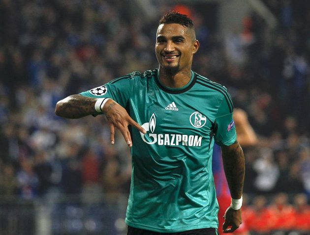 Záložník Schalke 04 Kevin Prince Boateng se raduje z gólu v duelu s Bukureští.