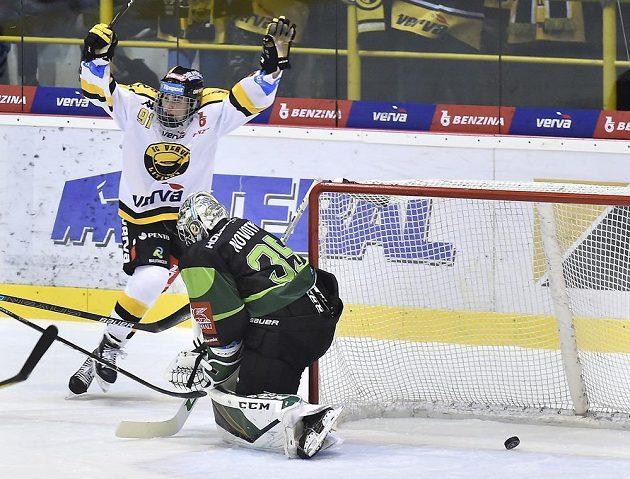 Jan Myšák z Litvínova se raduje z gólu, vpravo brankář Karlových Varů Filip Novotný.
