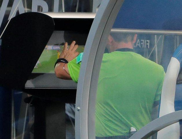 Sudí Joel Aguilar zkoumá penaltový zákrok v duelu Švédska s Koreou.
