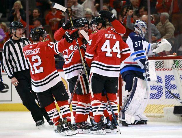 Obránce Chicaga Jan Rutta (44) oslavuje se svými spoluhráči svůj vítězný gól vstřelený do sítě Winnipegu.
