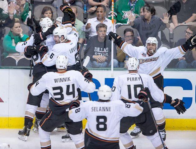Hokejisté Anaheimu slaví na ledě Dallasu postup do čtvrtfinále play off.