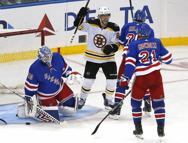 David Pastrňák se raduje z gólu svého spoluhráče ve třetí třetině zápasu proti NY Rangers.