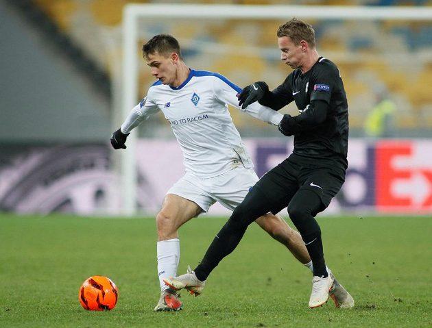 Jablonecký fotbalista Jan Chramosta atakuje v utkání Evropské ligy protihráče z Dynama Kyjev.