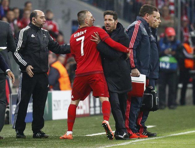 Trenér Atlétika Diego Simeone reaguje na provokace z lavičky Bayernu, uklidnit ho musel Franck Ribéry.