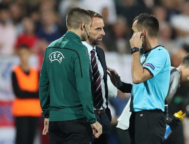 Manažer anglické fotbalové reprezentace Gareth Southgate hovoří s rozhodčím Ivanem Bebekem poté, co byl kvůli rasistickému chování fanoušků v první půli přerušen kvalifikační zápas v Bulharsku.