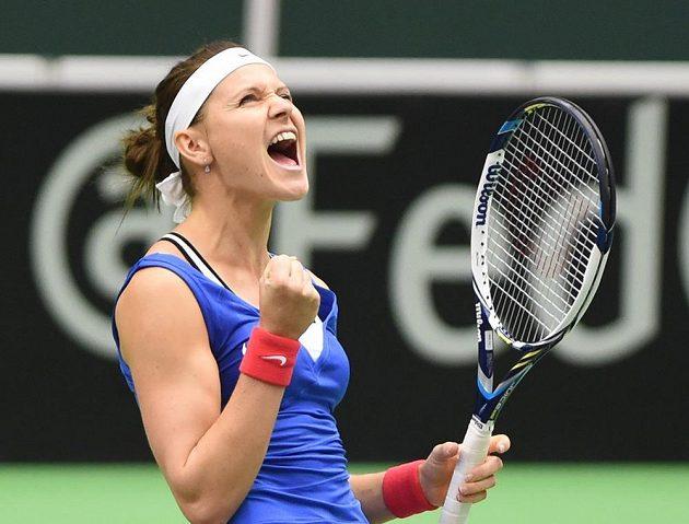 Lucie Šafářová slaví první bod českých tenistek v semifinále Fed Cupu proti Francii.