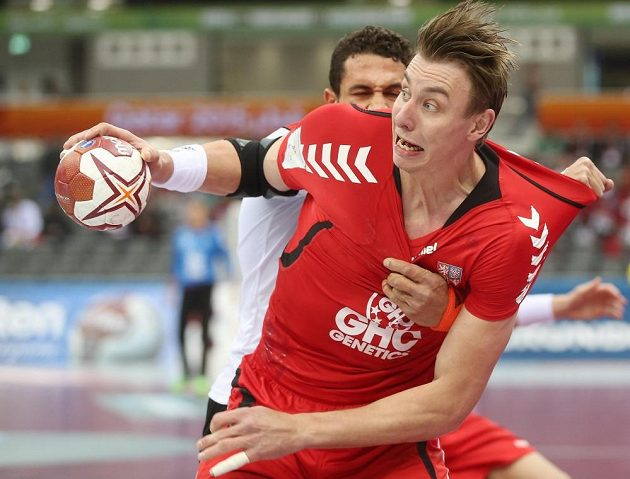 Český reprezentant Filip Jícha se dere do zakončení proti Egyptu v utkání MS.