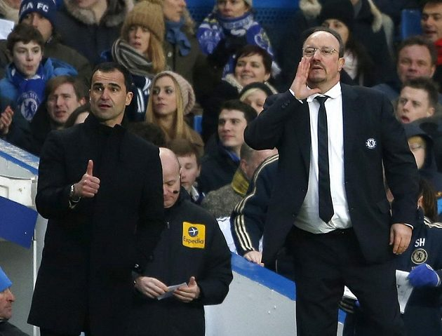 Trenér Chelsea Rafael Benitez (vpravo) udílí pokyny během utkání s Wiganem.