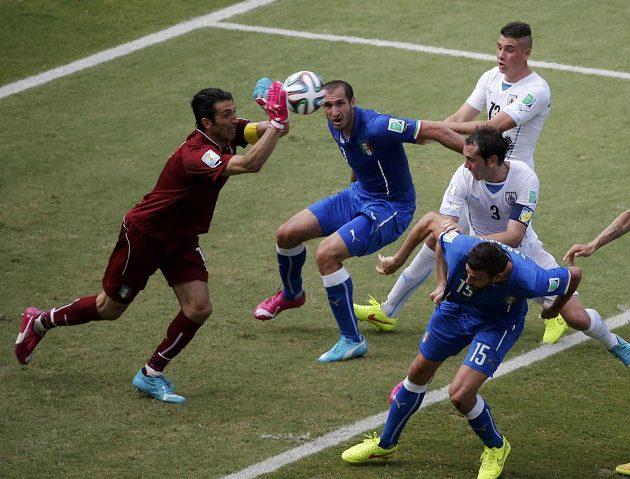 Bláznivé kopačky... Italský gólman Gianluigi Buffon i obránce Giorgio Chiellini obouvají každou botu jinak barevnou, další zase věří svítivě žluté.