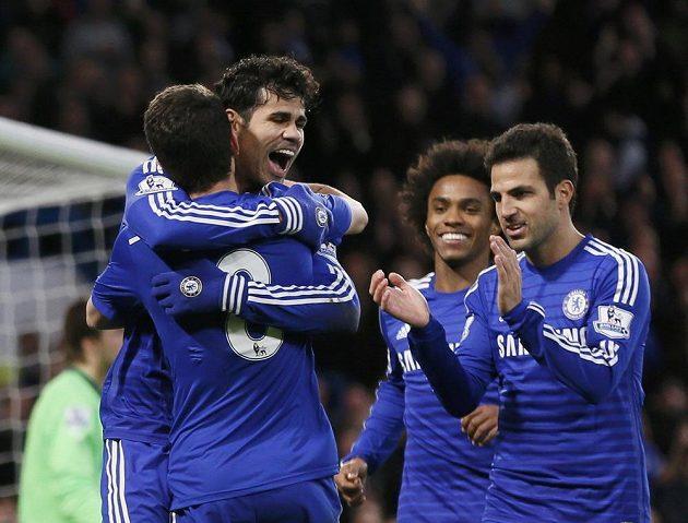 Diego Costa se raduje se spoluhráči z Chelsea ze své trefy v ligovém utkání proti Newcastlu.