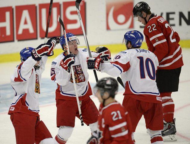 Čeští hokejisté do 20 let zleva Jakub Vrána, Ondřej Kaše a David Kämpf (10) se radují z výhry nad Kanadou.